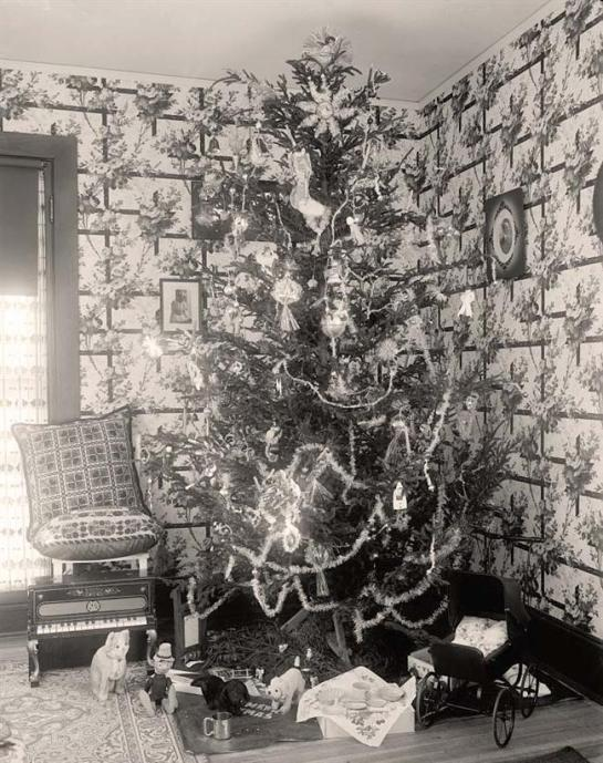 Harris, Martha. Christmas Tree. It was created between 1905 and 1945